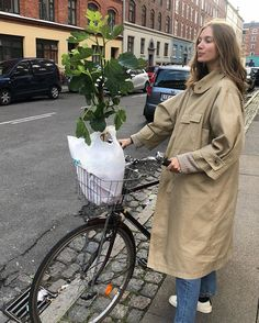 Paris you were short but sweet ❤️ Paris Outfits, Cool Outfits, Fashion Outfits, New Girl Style, My Style, Parisian Chic Style, Cool Coats, Cycle Chic, Mode Streetwear