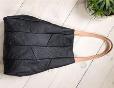 Ekstra duża minimalistyczna torba z czarnej skóry. Na ramię i do ręki. Uchwyty z grubej juchtowej skóry. Wełniana podszewka z dwoma dużymi kieszeniami. Wymiary: wys. 49 cm, szer. 49 cm, gł. 13 cm....