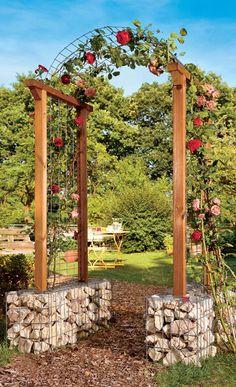 Kletterpflanzen brauchen eine Rankhilfe: Ein Spalier oder ein Rankgitter an der Fassade ist eine Möglichkeit – ein freistehender Rosenbogen eine andere