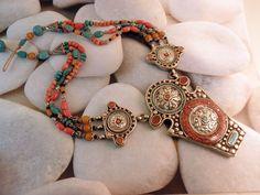 Collar etnico de joyeria artesanal elaborado con Coral, Turquesas y aleacion de plata.  Procede de Nepal.   Precio: 160 Euros