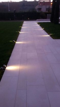 Have you just bought a new or planning to instal landscape lighting on the exsiting house? Are you looking for landscape lighting design ideas for inspiration? I have here expert landscape lighting design ideas you will love. Driveway Lighting, Pathway Lighting, Path Lights, Backyard Lighting, Exterior Lighting, Outdoor Lighting, Lighting Ideas, Solar Lights, Modern Landscape Lighting