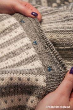 Strikkepiken – Perfekte knapphull til doble stolper Sweater Knitting Patterns, Easy Knitting, Knitting Stitches, I Cord, Knitted Shawls, Buttonholes, Knitting Projects, Needlework, Couture