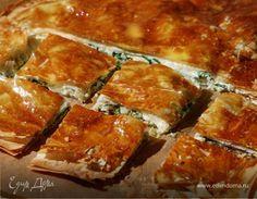 Тесто фило часто смазывают сливочным маслом, но, когда начинка богатая, как в этом пироге, я использую оливковое. Сухарями лучше посыпать не каждый слой теста, чтобы пирог получился более легким. Е...