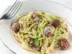 Linguine al pesto di zucchine, vongole e bottarga