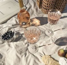 Summer picnic flat lay with wine. Cocktails, Alcoholic Drinks, Lumiere Photo, Summer Aesthetic, Cream Aesthetic, Aesthetic Beauty, Flower Aesthetic, Aesthetic Fashion, Oui Oui