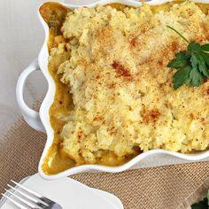 PASTEL DE POLLO AL CURRY y PURÉ DE COLIFLOR Necesitas: (rinde 3 porciones) 2 pechugas chicas de pollo. 1 cebolla grande. 1/2 morrón grande o 1 chico. 1 taza de caldo de verduras. 3/4 taza de queso crema descremado. un chorrito de leche de coco (opcional). 2 cucharadas soperas de salsa de tomates (puede obviarse). 3/4 cucharada sopera de curry en polvo (regulen esta especia a gusto según si les gusta bien fuerte o según la calidad del curry que utilicen). Para el pu...