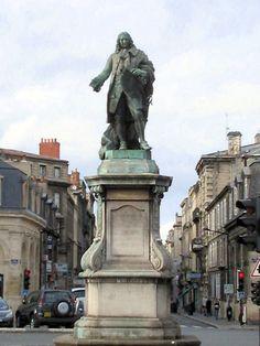 Place Tourny, Bordeaux.. Le Marquis Louis-Urbain-aubert  de Tourny contemplant son oeuvre (Les Allées de Tourny avec le Grand Théâtre au fond).  #Bordeaux #BdxBikeTour #Bordeauxintendant