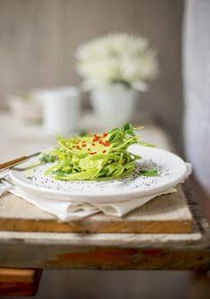 Rica em alimentos com o poder de tirar as toxinas de cena (o limão é o principal deles!), essa dieta detox ajuda você a perder peso e ganhar energia.