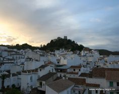 """#Málaga - #Monda - Paisajes - 36º 37' 43"""" -4º 49' 52"""" / 36.628611, -4.831111 La Villa de Monda es un bello pueblo de corte andaluz, de casas blancas y calles estrechas enjaezadas de geranios, claveles y gitanillas, coronado por su castillo moro, la fortaleza de Al-Mundat. Por su hermosura fue declarado Paraje Pintoresco a principios de los años 70."""