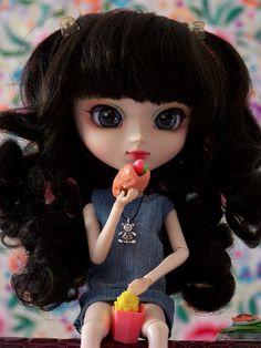 Maeko comiendo (Pullip Snow White) | Flickr: Intercambio de fotos