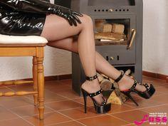 Schwarze Lack-Sandaletten mit Metallnieten und Plateau-Absatz von Fuss Schuhe.