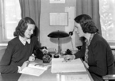 [To kvinner på Arbeidskontoret for Bergen og Laksevåg, 1947] fra marcus.uib.no