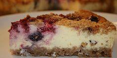 Et stykke lækker cheesecake klar til at blive spist.