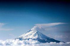 Hay emisión de ceniza en el Volcán Nevado del Ruiz I Love Mexico, Volcanoes, Planet Earth, Mount Rainier, Nevada, Planets, Vsco, Beautiful Places, Washington