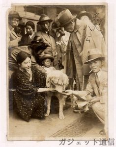 Хидэсабуро Уэно. Был он профессором сельского хозяйства, преподавший в Токийском университете. Уэно был любителем домашних животных, в особенности собак. В 1923 году фермер, учившийся у Уэно, подарил профессору щенка, которому Уэно дал кличку Хатико (восьмой), так как пёс был восьмой по счёту собакой профессора