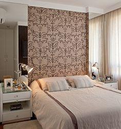 """!!!! Espelho nas laterais!!! Em um quarto de 10m², todo centímetro faz diferença. Por isso, a designer de interiores Patricia K Pasquini optou por criar um nicho para """"encaixar"""" a cama. """"Na parede da cama foi colocado um tecido semelhante à camurça, estampado com espuma por trás para poder encostar e não ficar muito rígido"""", conta a profissional."""
