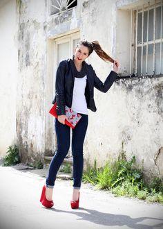 stile marinaro | fashion blogger | outfit | streetstyle | look | giacca pelle | chiodo pelle | collana corda | marinaretto | zeppe rosse | scarpe rosse | righe | borsa righe | pochette | jeans | denim (11)  SAILOR STRIPES AND RED MOOD OUTFIT  www.ireneccloset.com