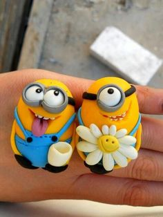 the minions couple? Cute I always need more minions Polymer Clay Figures, Fondant Figures, Fimo Clay, Polymer Clay Projects, Polymer Clay Creations, Polymer Clay Art, Clay Beads, Crea Fimo, Jumping Clay