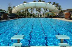 In diesem schönen Pool schwimmt keiner: Kein Wunder, er liegt inmitten von trockenem Ackerland. by marcel klovert
