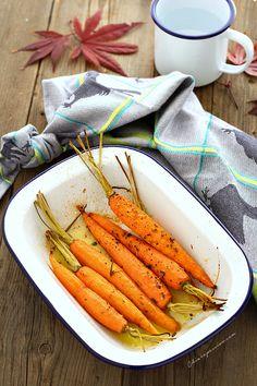 Le carote arrostite sono un ottimo contorno leggero e saporito con cui accompagnare secondi di carne o a base di formaggi. Sono un vero piatto sciuè sciuè che si prepara in pochissimo tempo e vi farà fare il pieno di vitamine e sali minerali.     Se volete cuocerle intere come ho fatto io dove