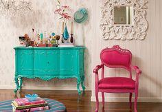 Cadeiras de diferentes modelos compõem a mesa de jantar de laca azul, mas a estrela da sala é a estante de laca amarela. A ideia é da arquiteta Letícia Arcangeli