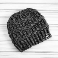 Bulky yarn Cole is the perfect winter hat; form-fitting with lots of textured fabric. Made with super bulky yarn, this free hat pattern can be knit over and over again in no time at all. It's also incredibly warm and comforting on a cold, cold day. Knitting Patterns Free, Knit Patterns, Free Knitting, Sweater Patterns, Stitch Patterns, Super Bulky Yarn, Knit Or Crochet, Bandeau, Loom Knitting