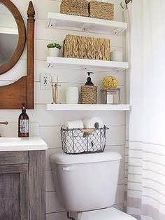 Se hace indispensable cuando el espacio no permite colocar muebles auxiliares. Un buen lugar para hacerlo: encima el inodoro.