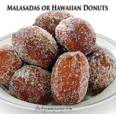 Malasadas or Hawaiian Donuts So What is a Malasada? A Malasada is a hole-less doughnut of Portuguese origin. You can think of it as a very rich doughnut with more egg and butter flavors. Furthermore, Malasadas are Hawaiian Desserts, Köstliche Desserts, Delicious Desserts, Dessert Recipes, Yummy Food, Hawaiian Recipes, Small Desserts, Donut Recipes, Baking Recipes