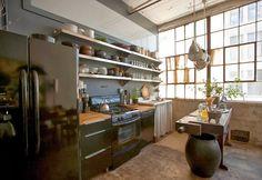我們看到了。我們是生活@家。: 充滿迷人細節的工業風Loft!設計師&藝術家Alina Preciado與她的兩隻貓,在布魯克林Fort Greene的家