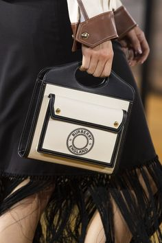 Burberry Spring 2020 Fashion Show Details. All the fashion runway close-up details, shows, and handbags from the Burberry Spring 2020 Fashion Show Details. Fall Handbags, Cheap Handbags, Black Handbags, Fashion Handbags, Purses And Handbags, Fashion Bags, Leather Handbags, Women's Fashion, Wholesale Handbags