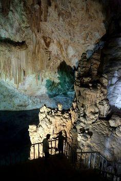 """Aynalıgöl - Mersin Aydıncık ilçesindeki Gilindire mağarası, taşıdığı buzul dönemine ait izler sebebiyle ziyaretçilerine adeta buzul dönemine yolculuk yaptırıyor. Bir çoban tarafından 1999'da tesadüfen bulunan mağara, dip kısmındaki göl nedeniyle halk arasında """"Aynalıgöl"""" olarak adlandırılıyor. Girişi, sahilden yaklaşık 45 metre yüksek yamaçta bulunuyor."""