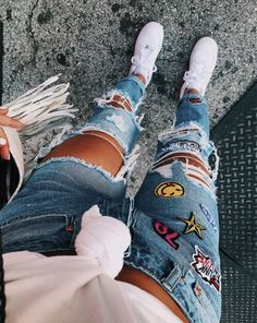 love these custom jeans Whats the point in buying those must have , love to wear perfect jeans if u dont Patch them rip them Bleach dot them ur style Get inspired Plus Size Black Jeans, Black Ripped Jeans, Cute Ripped Jeans Outfit, Skinny Jeans, Denim Overalls, Crop Top Outfits, Jean Outfits, Trendy Outfits, Latest Fashion For Women