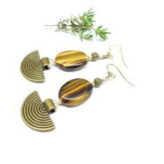 Lune de pierre - boucles d'oreille ethnique en lin et pierre d'oeil du tigre. boucles d'oreille ethnique pierre d'oeil du tigre.