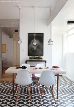 Sala de jantar cinza, preta e branca. Harmonia de peças.