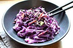 """Vegetarisch ist bunt? Und ob! Für unsere neue Super-Bowl werden die Reisbandnudeln durch das Rotkohl-Karottengemüse in ein sattes Lila getaucht. Das bringt Farbe auf den Tisch. Dazu gibt es eine Sauce aus Erdnuss und Kokosmus. Ein Genuss für Augen und Gaumen! Zutaten für 2 Personen für die """"Purple-Peanut""""-Super-Bowl 1 kleinen Rotkohl 2 Karotten 2 Lauchzwiebeln […]"""