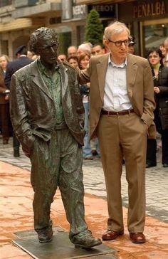 El monumento a Woody Allen. La obra trata de ser un homenaje de la ciudad de Oviedo al famoso actor, guionista y director de cine estadounidense Woody Allen, en señal de agradecimiento por los elogios de éste a la capital del Principado de Asturias, tras su estancia en la ciudad, acontecida en octubre del año 2002, para recoger el premio «Príncipe de Asturias» a las Artes, que le había sido concedido.