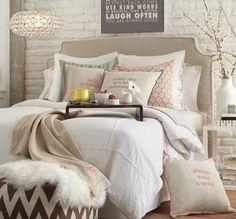 Chambre taupe, citations inspirantes sur les coussins et les murs, pouf en marron