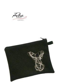lifeSaver 'Deer Outline' by ReaAndrea -  Etui 23 x 15 cm -  Gebirgsloden 100% Schurwolle olive meliert - Futter 100% Seide olivegrün (Edelweiß eingewebt) - Stickereien in Silbergarn - Reissverschluss grün - www.Rea-Andrea.de