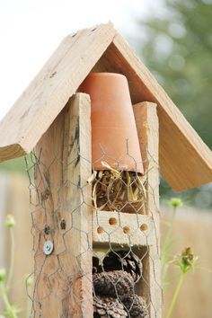 Homemade Insect Spray - No-one wants insects in their home but, there are many people who do not want to spray chemical insect sprays either. Diy Plante, Bug Hotel, Bee House, Patio, Permaculture, Bird Houses, Agriculture, Diy For Kids, Decoration