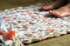 Tutorial on how to sew braided rag rug with old bed sheets. A good way to recycle old bed sheets and turn them into strong rag rug to use. Fabric Crafts, Sewing Crafts, Sewing Projects, Craft Projects, Project Ideas, Scrap Fabric, Craft Ideas, Diy Tapis, Tshirt Garn