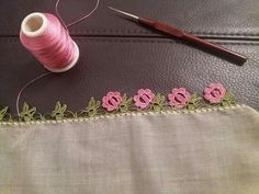 "diy_crafts- Tığ oyası tülbent ""This post was discovered by Bir"", ""This post was discovered by atiye. Discover (and save!) your own Posts on Un Crochet Edging Patterns, Crochet Borders, Crochet Designs, Crochet Crafts, Crochet Lace, Saree Kuchu Designs, Hand Embroidery Stitches, Lace Flowers, Knitting Socks"
