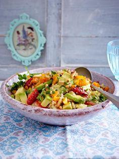 Eine tolle Zutatenkombination, dieser Salat aus Couscous, Erdbeeren, Möhren und natürlich Avocado!