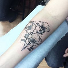 Poppy flower tattoo black and white Future Tattoos, Love Tattoos, Tattoo You, Arm Tattoo, Black Tattoos, Body Art Tattoos, Tattoos For Women, Tatoos, Medusa Tattoo