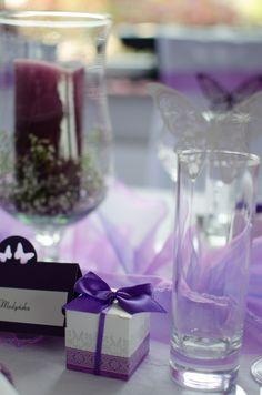 Dekoracje stołu Gości weselnych. Zawsze warto poszukać ciekawe i ładnie zapakowane prezenty dla zaproszonych bliskich.