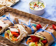 Tortille z soczewicą i warzywami Fresh Rolls, Salsa, Tacos, Ethnic Recipes, Food, Eten, Meals, Salsa Music, Diet