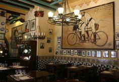 Innenansicht des Els 4 Gats. Rechts eine Kopie von Ramon Casas' Gemälde von 1897, das Casas selbst und Pere Romeu auf einem Tandem darstellt. Das Original befindet sich im Museu Nacional d'Art de Catalunyia in Barcelona - See more at: http://www.claudoscope.eu/