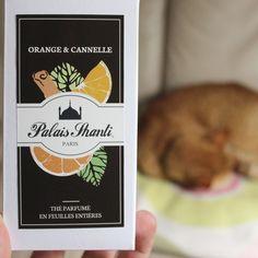 ORANGE & CANNELLE Notre délicieux thé parfumé avec des zestes d'orange et des morceaux de cannelle, parfait pour commencer la journée en douceur.