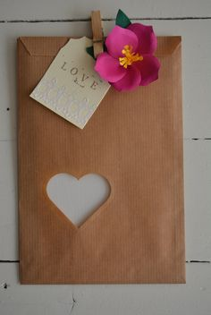 Wedding Favor bags / kraft bags with a  heart window in a bundle of 100 kraft paper and 100 cellophane bags - Give away's, wedding gifts door SierGoed op Etsy