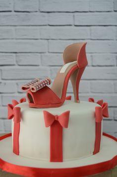 Tarta decorada con zapato de fondant rojo