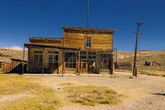 Crooked elhagyott épület a régi nyugati limuzin és üzlet Bodie Ghost Town photo